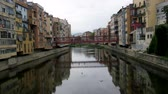 katalán : river Onyar and Girona is known for colorful houses, for which Girona is sometimes compared to Venice
