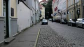 エストニア : Tallinn, Estonia - September 1, 2017: Old town with cobbled streets, passers-by on the streets