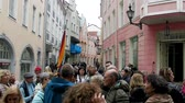 приукрашивание : Tallinn, Estonia - September 1, 2017: Kesklinn, medieval streets of old town, narrow streets with a large group of tourists Стоковые видеозаписи