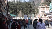 vállkendő : India, Manali - March 13, 2018: evening atmosphere of small town, City in mountains Sivalik is full of tourists from India Stock mozgókép
