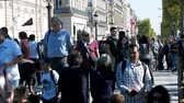 situação : Paris, France - 24.09.2017: day off and a lot of tourists in the center of Paris Stock Footage