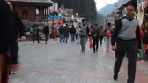 vállkendő : India, Manali - March 13, 2018: evening atmosphere of a small town near Himalayas Stock mozgókép