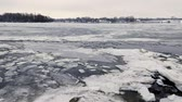 vrána : Ice moving on the frozen Dnieper river in Kiev, Ukraine, during a cold and snowy winter