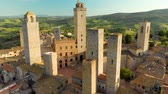 órbita : Aerial view of San Gimignano and its medieval old town with the famous towers