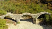 órbita : Aerial view of Plakidas arched stone bridge of Zagori region in Northern Greece
