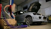 levantado : sexy blonde girl jacks up in the garage