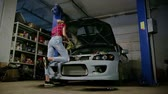 traseiro : girl in the garage Stock Footage