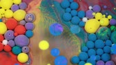 krople wody : Abstract multicolored bubbles paint. Slow motion. Top view Wideo
