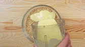 gebroken : The cook pours the condensed milk into a biscuit crumb, top view
