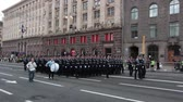 tropas : KIEV, UKRAINE - AUGUST 24, 2017: Military parade in Kyiv, to the Independence Day of Ukraine Rows of marching national police on Khreshchatyk street Vídeos