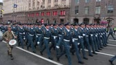 dedicado : KIEV, UKRAINE - AUGUST 24, 2017: Military parade in Kyiv, to the Independence Day of Ukraine Rows of marching national police on Khreshchatyk street Vídeos