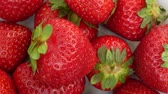 nutriente : Red Strawberries Isolated on the White Background With Green Leaves