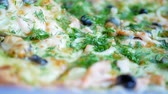 салями : Fresh hot pizza with hot cheese, mussels, olives, parsley and dill Стоковые видеозаписи
