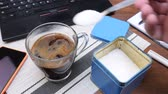 zoetstoffen : Hand puts lot of sugar in cup of hot coffee on table with black laptop, notepad and pens in office. Concept of getting diabetes at break time Stockvideo