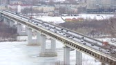 chauffeurs : Cars driving on snowy road in winter, traffic driving on the bridge, highway