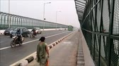 sutil : Heavy traffic passes on Yamuna Bridge New Delhi Vídeos