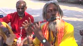 flauta : Indian beggars begging on roadside, one is  playing flute. Vídeos