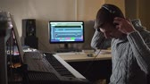 compositor : Professional composer quits and goes into the studio Vídeos