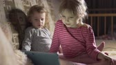 irmãs : Little girls watch tablet