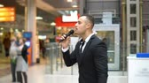 hoparlörler : A young attractive man showing a show in a shopping center. He singing into the microphone Stok Video