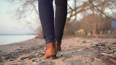 buty : A woman walks along the lake at sunset. Slow motion Wideo