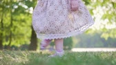 sorridente : Little girl in a dress dancing in the park