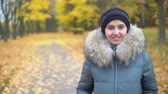 moda : Portrait of a woman in an autumn park