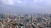se movendo para cima : Timelapse Scenery of Tokyo becoming sunny from clouds Tilt up
