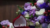 recém casado : Wedding bouquet and ringswedding bouquet and rings. beloved. Stock Footage