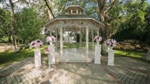 panejamento : wedding decoration, wedding reception set outdoors under bright sun on resort Vídeos