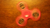 stres : Fidget spinner is a type of toy, whose marketers claim it relieves stress. A basic fidget spinner consists of