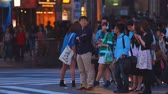 неузнаваемый : Group of people waiting to cross the street outside Shibuya station, Tokyo, Japan.
