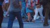 tokio : Crowds of people walking across a busy Japanese intersection in Shibuya, Tokyo Wideo