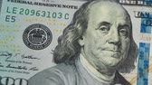 hloubka : 100 dollar bill close up sliding shot of Ben Franklin