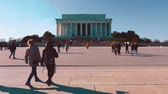 yönetme : Crowds of people visiting the Lincoln Memorial in Washington DC