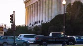 yönetme : Timelapse of people visiting the Lincoln Memorial in Washington DC Stok Video