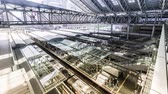 escada rolante : Timelapse of trains and commuters inside Osaka Station in Osaka Japan. Ultra high resolution.