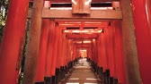 passagem : Looking up at the famous orange gates at Fushimi Inari Shinto shrine in Kyoto