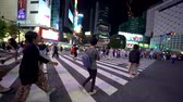 japonês : TOKYO, JAPAN - SEP, 25 2017: People cross the famous intersection in Shibuya, Tokyo, Japan one of the busiest crosswalks in the world.