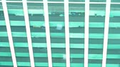 tokio : Tokyo office building with traffic reflected on its facade Wideo
