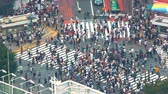 automóvel : TOKYO, JAPAN - SEP, 25 2017: People cross the famous intersection in Shibuya, Tokyo, Japan one of the busiest crosswalks in the world.