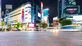 automóvel : TOKYO, JAPAN - SEP, 25 2017: People and traffic cross the famous scramble intersection in Shibuya, Tokyo, Japan in time-lapse