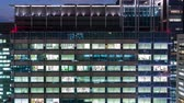 japão : Time-lapse of an office building illuminated at night in Tokyo, Japan