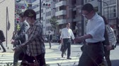 chodec : TOKYO, JAPAN - JUNE 23, 2015: People cross the street in a business district of Tokyo, Japan in slow motion Dostupné videozáznamy