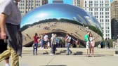 boucle : CHICAGO - SEPT. 18th 2018: Tourists visit the Cloud Gate, a public sculpture in Millennium Park