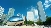 боб : CHICAGO - SEPT. 18th 2018: Tourists visit the Cloud Gate, a public sculpture in Millennium Park in time-lapse. Стоковые видеозаписи