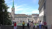 margem do rio : ZURICH, SWITZERLAND - JULY 04, 2017: Tourists admiring and photographing the historical view of Zurich, Limmat river and Zurich lake, Switzerland.