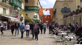máltai : VALLETTA - MALTA, April, 2018: Tourists Walking along the medieval streets of Valletta, Malta.