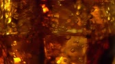 derramar : Cola in the glass with Ice cubes and bubbles rotating. Food background. Soda Close-up.