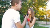 descontente : Man and woman swear. Family quarrel. Stock Footage